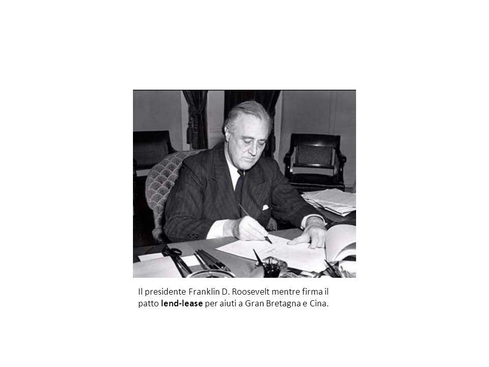 Il presidente Franklin D. Roosevelt mentre firma il patto lend-lease per aiuti a Gran Bretagna e Cina.