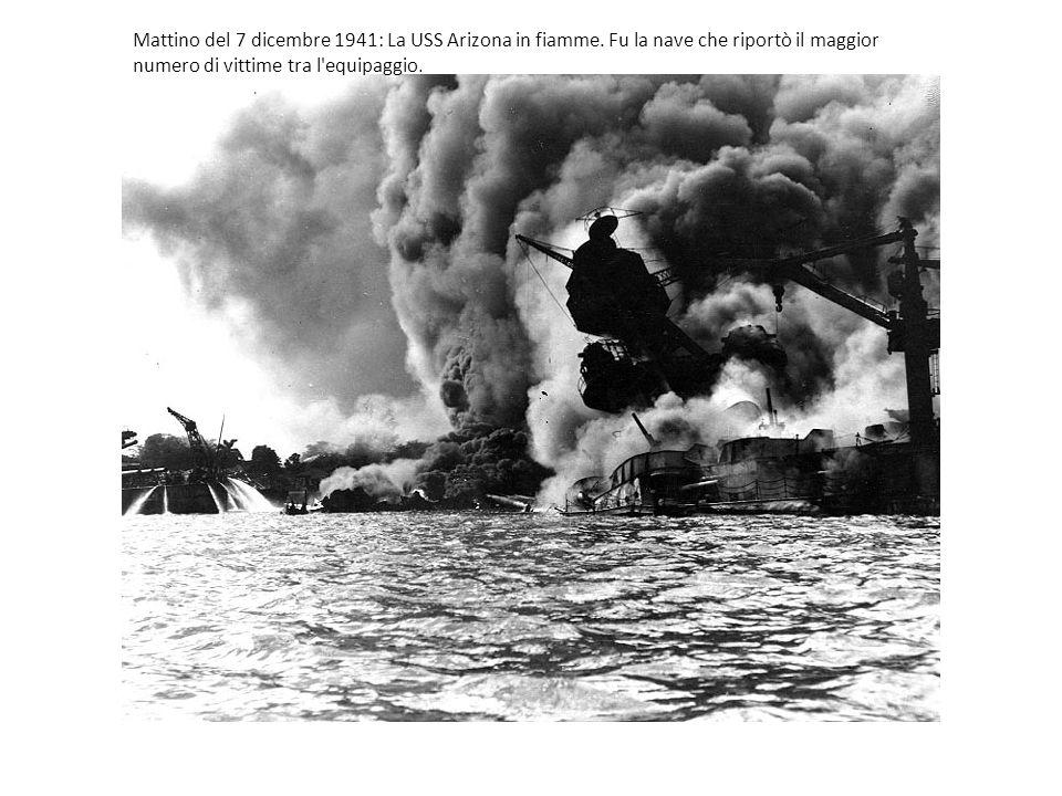 Mattino del 7 dicembre 1941: La USS Arizona in fiamme. Fu la nave che riportò il maggior numero di vittime tra l'equipaggio.