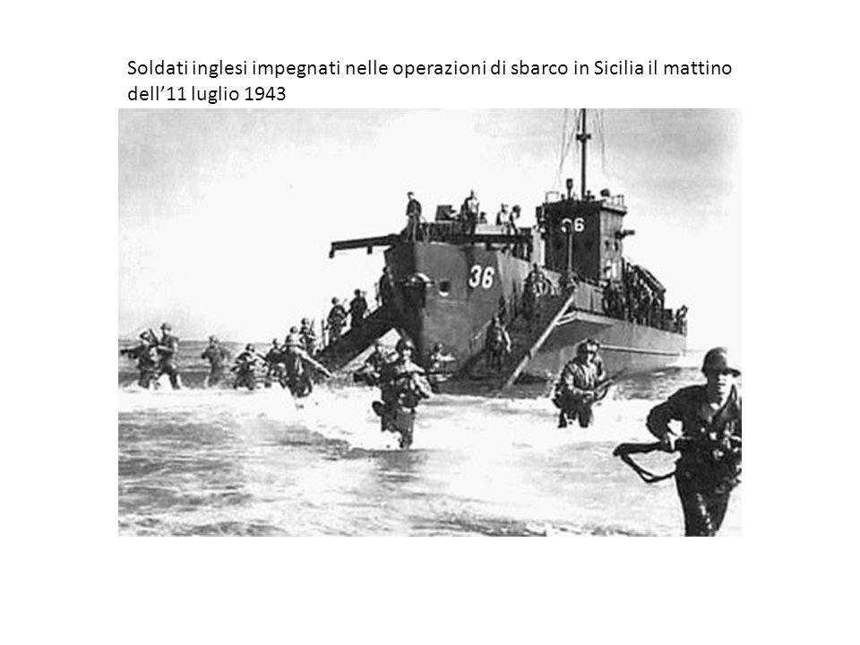 Soldati inglesi impegnati nelle operazioni di sbarco in Sicilia il mattino dell11 luglio 1943