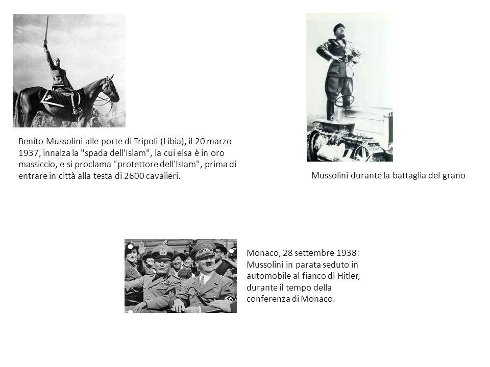 Mussolini durante la battaglia del grano Benito Mussolini alle porte di Tripoli (Libia), il 20 marzo 1937, innalza la