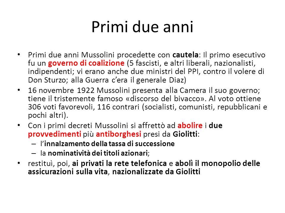 Primi due anni Primi due anni Mussolini procedette con cautela: Il primo esecutivo fu un governo di coalizione (5 fascisti, e altri liberali, nazional
