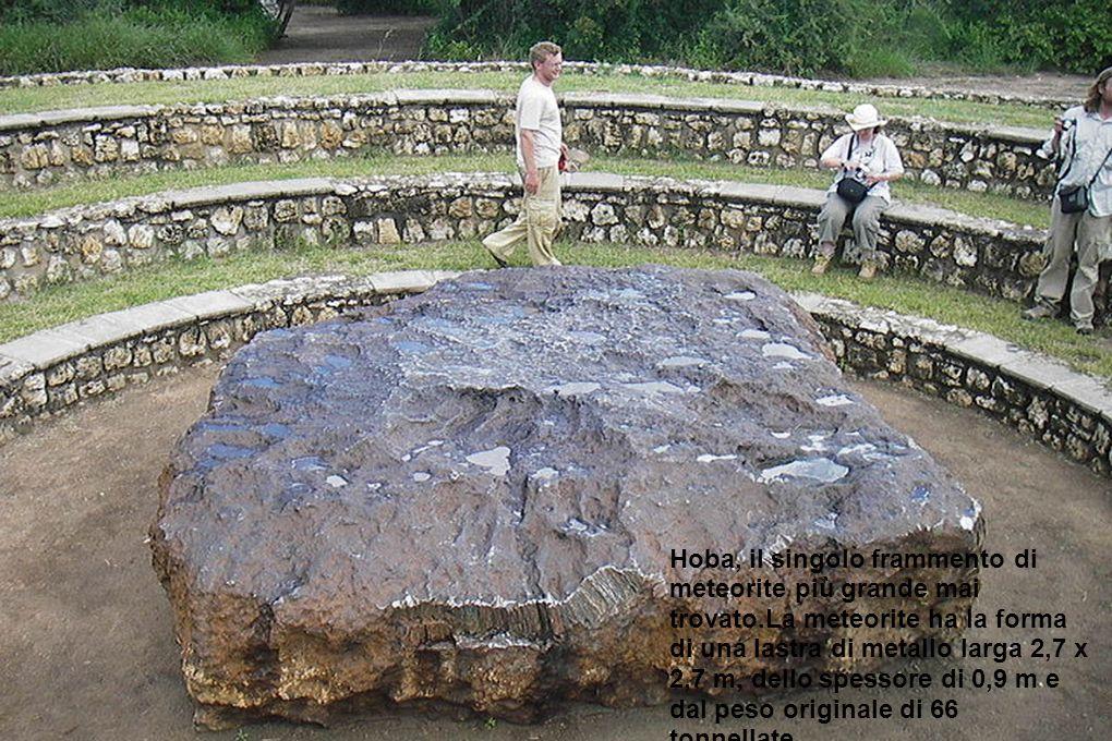 Hoba, il singolo frammento di meteorite più grande mai trovato.La meteorite ha la forma di una lastra di metallo larga 2,7 x 2,7 m, dello spessore di