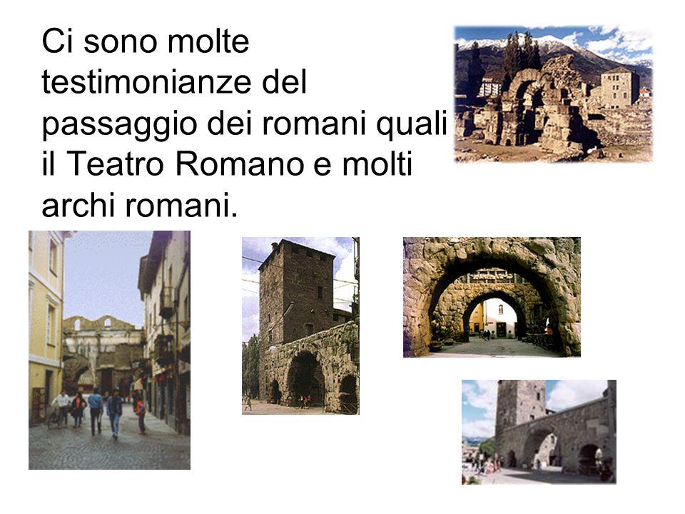 Larchitettura e` essenzialmente alpina con molti santi dipinti come affreschi sui muri delle case.