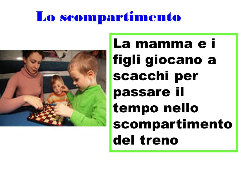 Lo scompartimento La mamma e i figli giocano a scacchi per passare il tempo nello scompartimento del treno