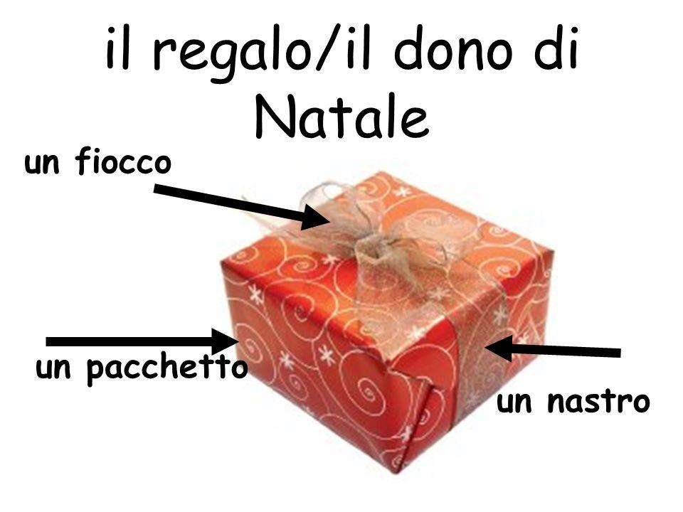 il regalo/il dono di Natale un fiocco un pacchetto un nastro