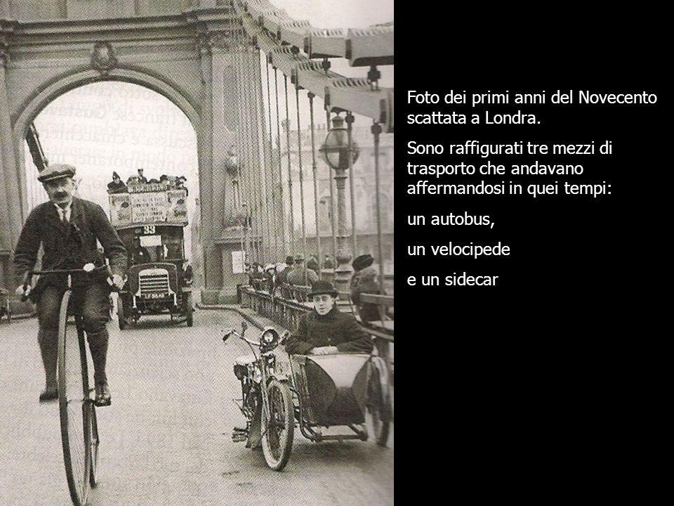 Foto dei primi anni del Novecento scattata a Londra. Sono raffigurati tre mezzi di trasporto che andavano affermandosi in quei tempi: un autobus, un v