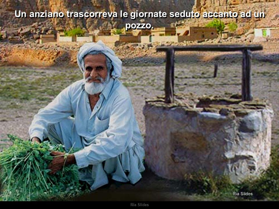 Ria Slides Un anziano trascorreva le giornate seduto accanto ad un pozzo.