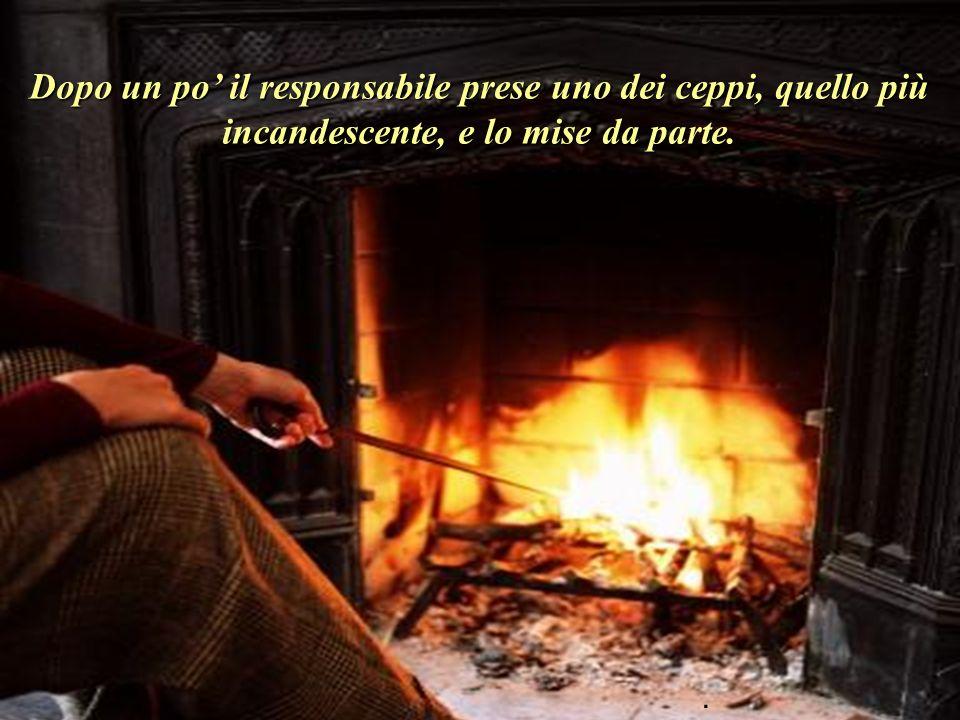 Ci fu un grande silenzio. Le due persone contemplavano i ceppi che, ardendo, davano origine a vivide fiamme..