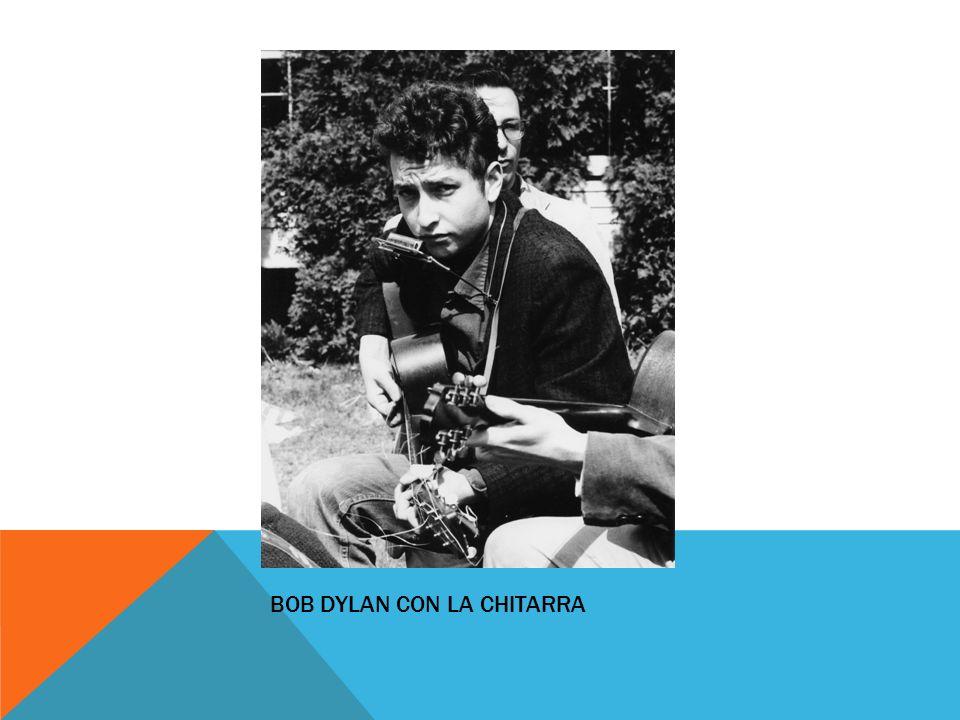CARRIERA Inizia la carriera come musicista folk.