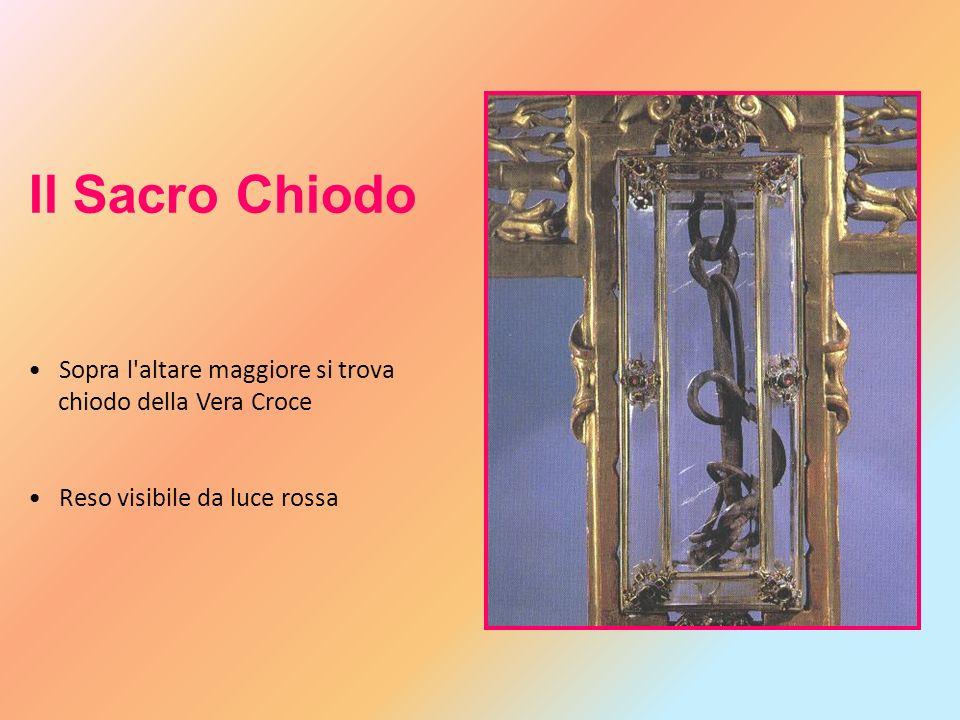 Il Sacro Chiodo Sopra l'altare maggiore si trova chiodo della Vera Croce Reso visibile da luce rossa