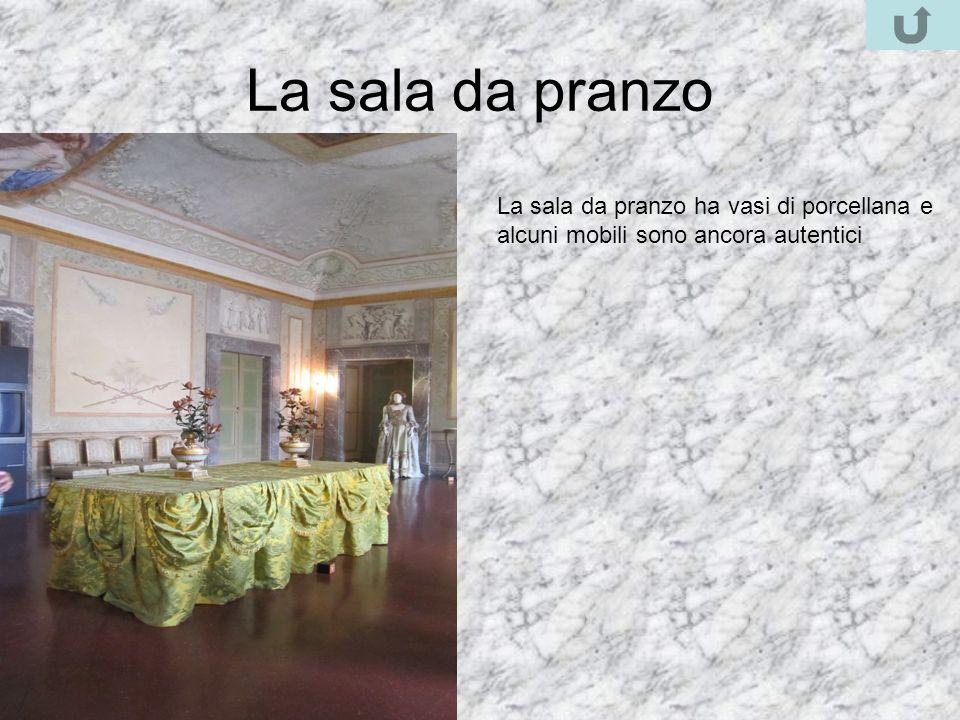 La sala da pranzo La sala da pranzo ha vasi di porcellana e alcuni mobili sono ancora autentici