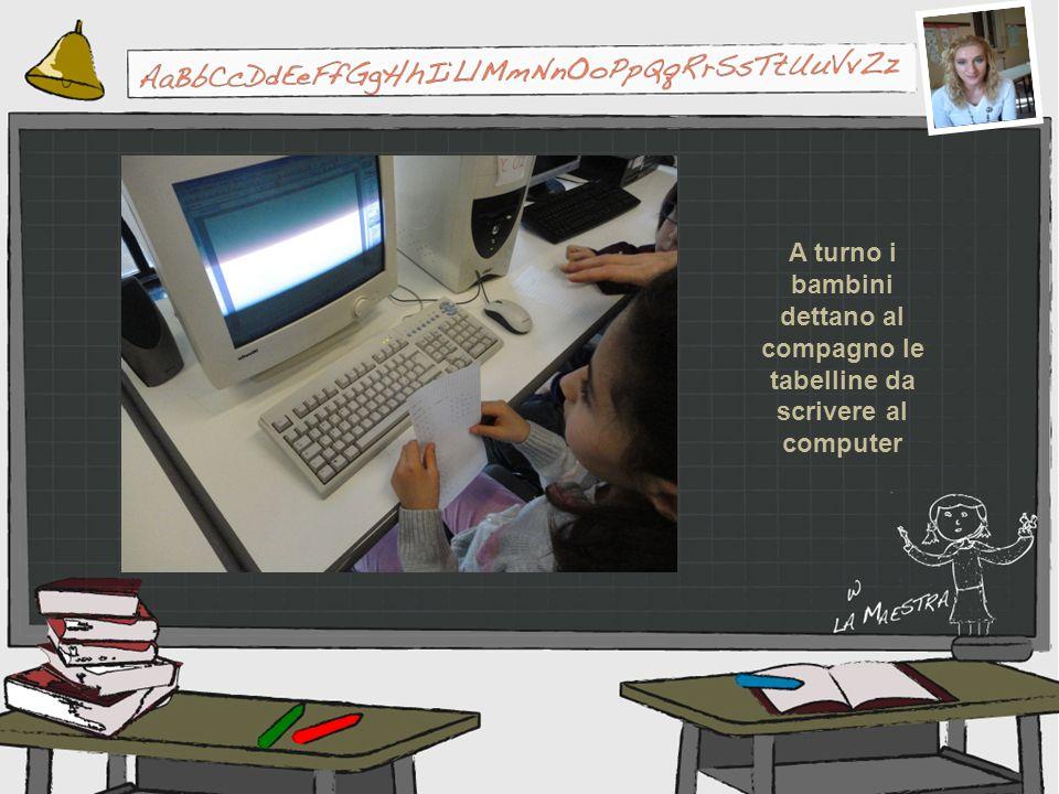 A turno i bambini dettano al compagno le tabelline da scrivere al computer