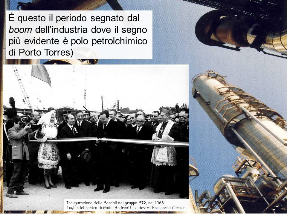 Inaugurazione della Sardoil del gruppo SIR, nel 1968. Taglio del nastro di Giulio Andreotti, a destra Francesco Cossiga È questo il periodo segnato da