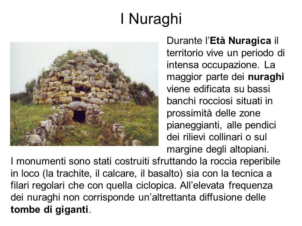 I Nuraghi Durante lEtà Nuragica il territorio vive un periodo di intensa occupazione. La maggior parte dei nuraghi viene edificata su bassi banchi roc