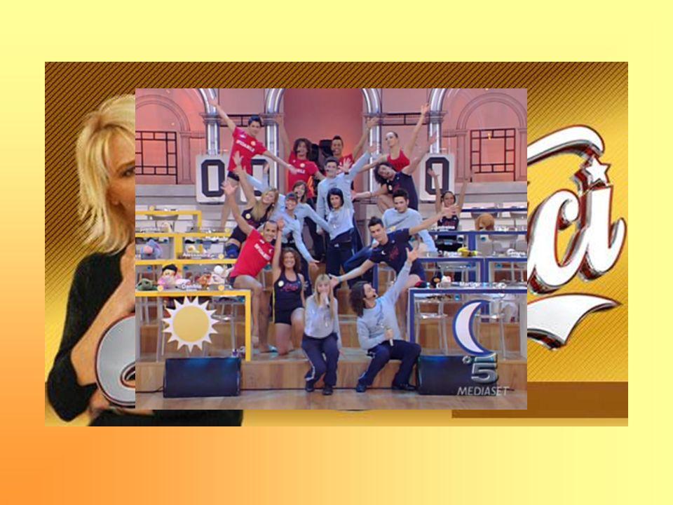 Maria De Filippi ha ideato un talent show che ha la struttura di una vera e propria scuola di spettacolo composta da docenti e ore di lezione Nella scuola viene formata una classe di circa 20 alunni, tra i 18 e i 24 anni, la cui aspirazione è quella di diventare: Cantanti Attori Ballerini Il programma andò in onda per la prima volta nel 2001 con il nome di Saranno Famosi, in seguito modificato in Amici che ora è giunto allottava edizioneSaranno Famosi