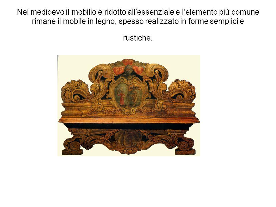 Nel medioevo il mobilio è ridotto allessenziale e lelemento più comune rimane il mobile in legno, spesso realizzato in forme semplici e rustiche.