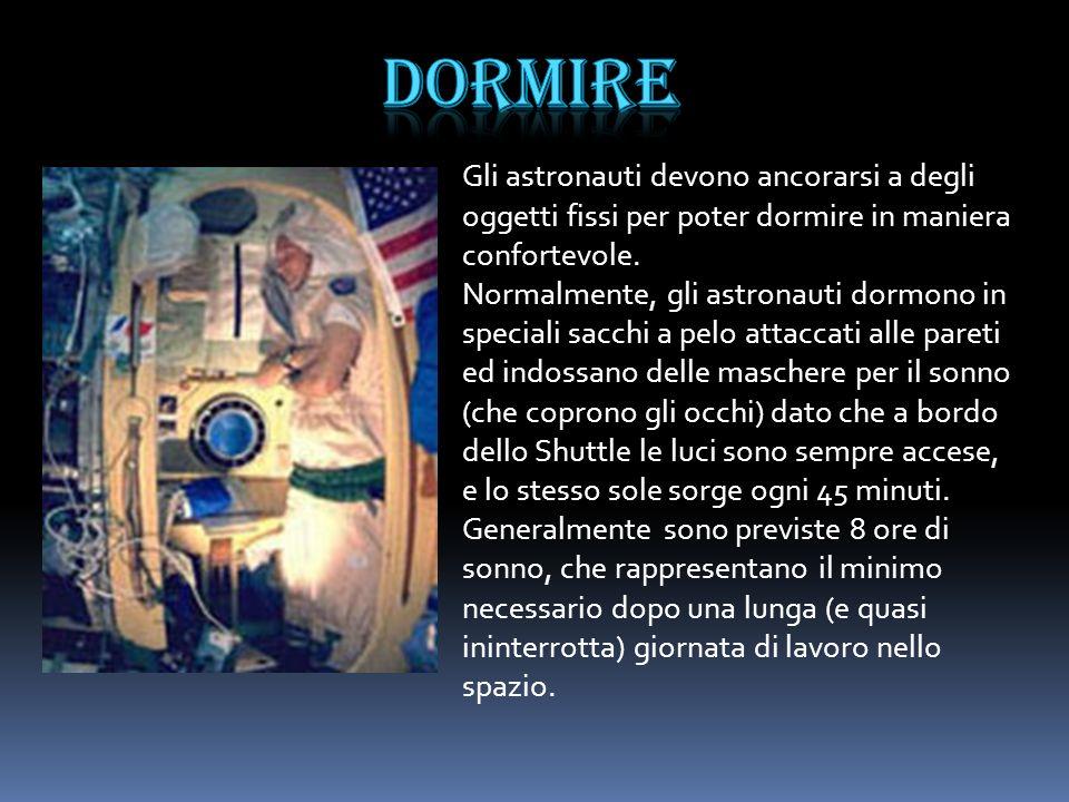 Gli astronauti devono ancorarsi a degli oggetti fissi per poter dormire in maniera confortevole. Normalmente, gli astronauti dormono in speciali sacch