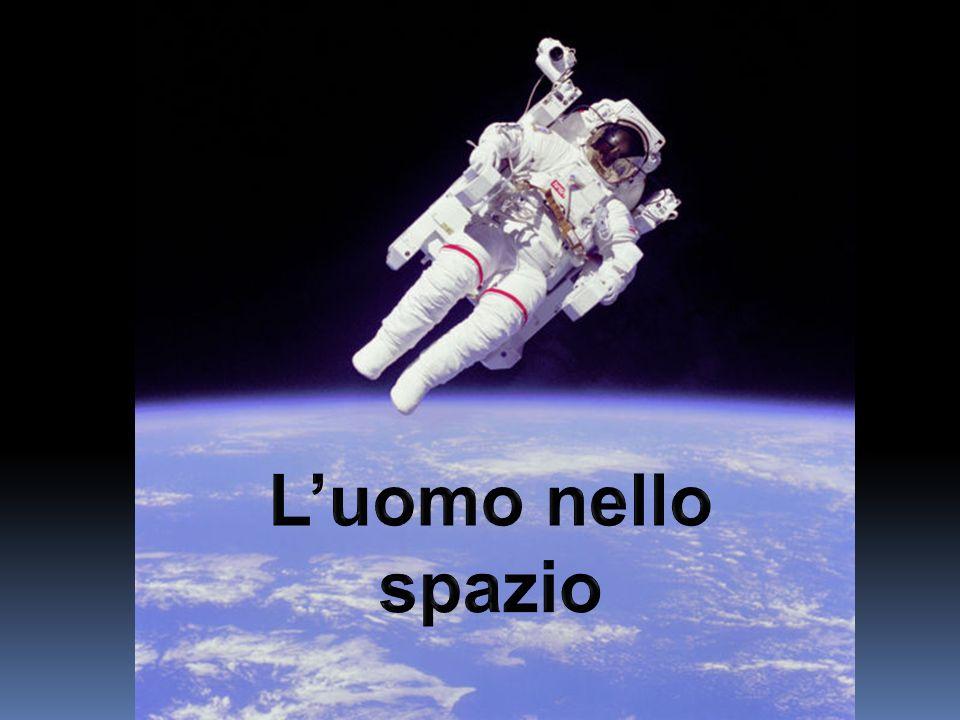 Gli astronauti devono ancorarsi a degli oggetti fissi per poter dormire in maniera confortevole.