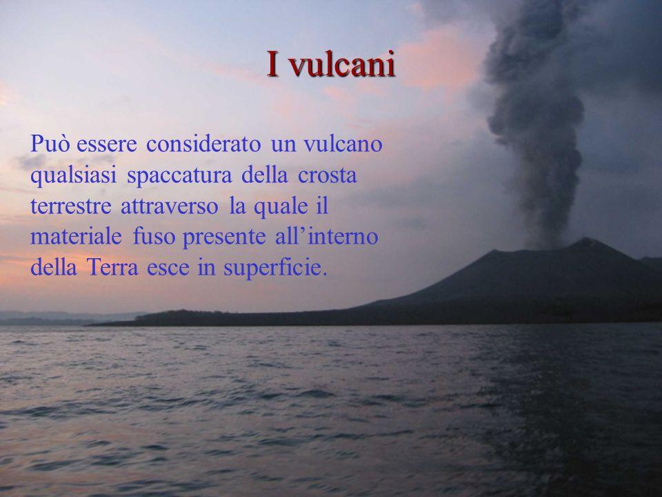Può essere considerato un vulcano qualsiasi spaccatura della crosta terrestre attraverso la quale il materiale fuso presente allinterno della Terra esce in superficie.