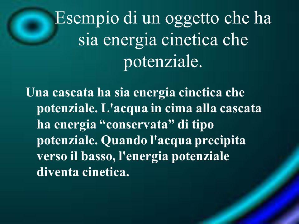 Esempio di un oggetto che ha sia energia cinetica che potenziale. Una cascata ha sia energia cinetica che potenziale. L'acqua in cima alla cascata ha