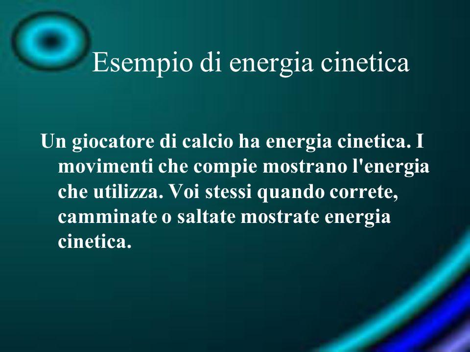 Esempio di energia cinetica Un giocatore di calcio ha energia cinetica. I movimenti che compie mostrano l'energia che utilizza. Voi stessi quando corr