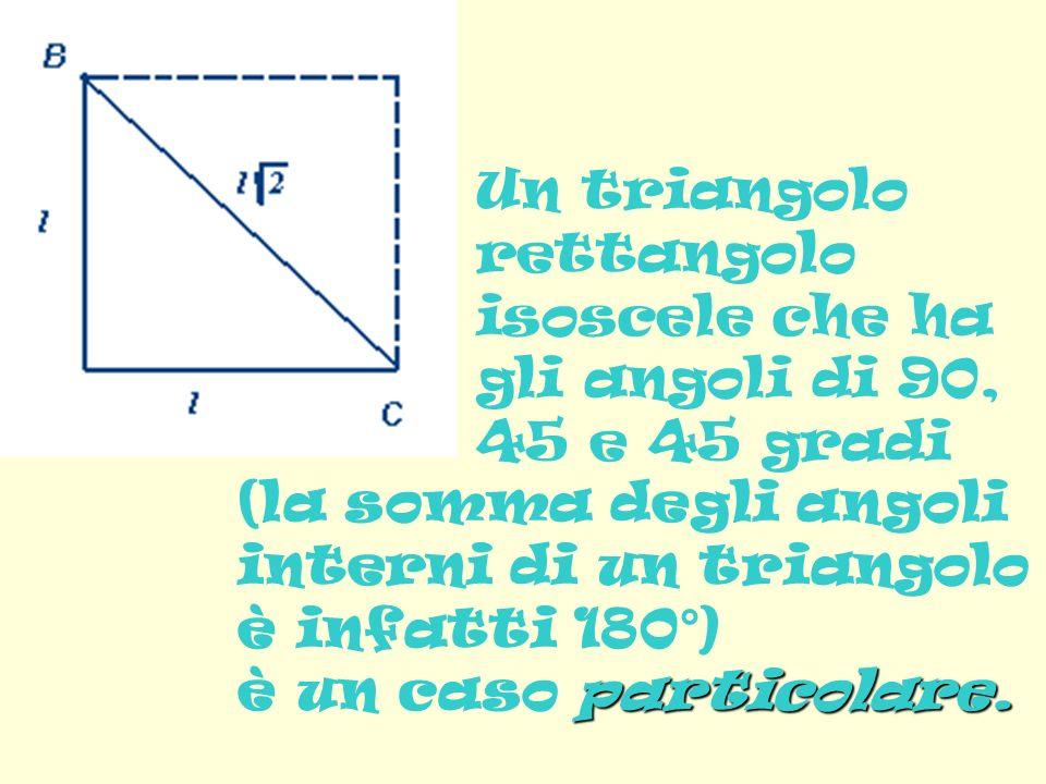 Un triangolo rettangolo isoscele che ha gli angoli di 90, 45 e 45 gradi (la somma degli angoli interni di un triangolo è infatti 180°) particolare.