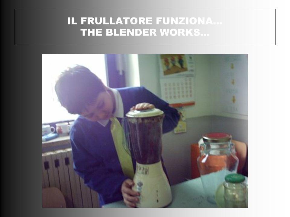 Con un frullatore,al posto della pressa e della gramolatrice,ci si prepara a trasformare in poltiglia le olive denocciolate.