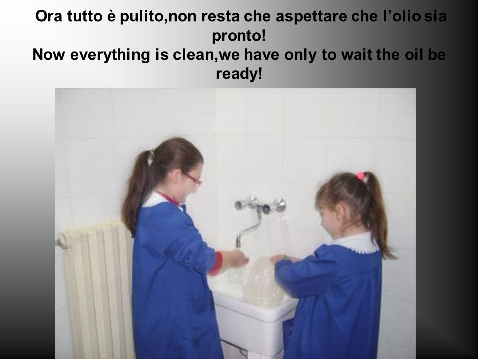 Le vaschette unte vanno sgrassate bene con un detergente apposito. The oily containers must be cleaned well with a provided detergent.