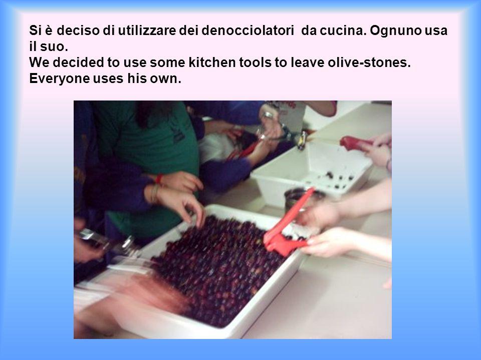 Non avendo la possibilità di frantumare i noccioli si è deciso di denocciolare le olive.