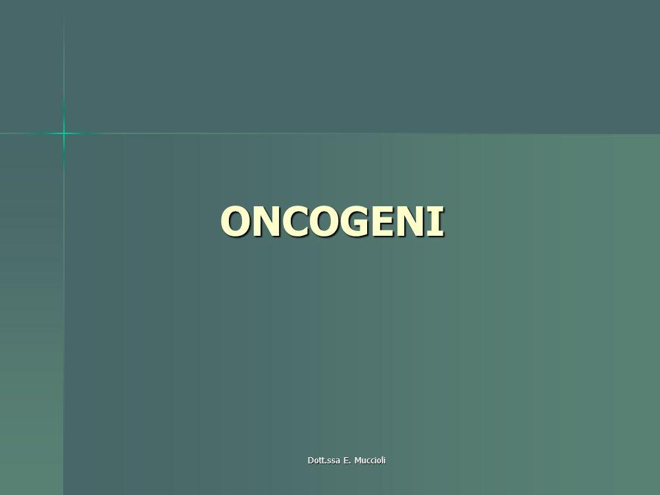 ONCOGENI Proto-oncogeni sono geni fisio che codificano e regolano fattori di trascrizione, di crescita, recettori implicati nella crescita, moltiplicazione e differenziazione cellulare Proto-oncogeni sono geni fisio che codificano e regolano fattori di trascrizione, di crescita, recettori implicati nella crescita, moltiplicazione e differenziazione cellulare Quando i proto-oncogeni si alterano danno origine agli oncogeni che possono innescare una trasformazione maligna Quando i proto-oncogeni si alterano danno origine agli oncogeni che possono innescare una trasformazione maligna –Si possono individuare utilizzando ad es fluorescenza di ibridazione in situ con sonde specifiche alle diverse mutazioni: la fluorescenza si lega sul cromosoma-gene alterato sui nuclei di cellule in interfase: si valutano i diversi gradi di fluorescenza per indicare il valore Attraverso 3 principali meccanismi Attraverso 3 principali meccanismi –Amplificazione, mutazioni puntiformi, traslocazione
