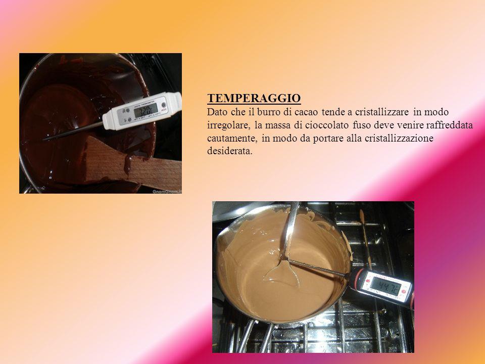 MODELLAGGIO E CONFEZIONAMENTO Il cioccolato viene versato in stampi che sono posti in leggera vibrazione per eliminare le bolle di aria imprigionate all interno.