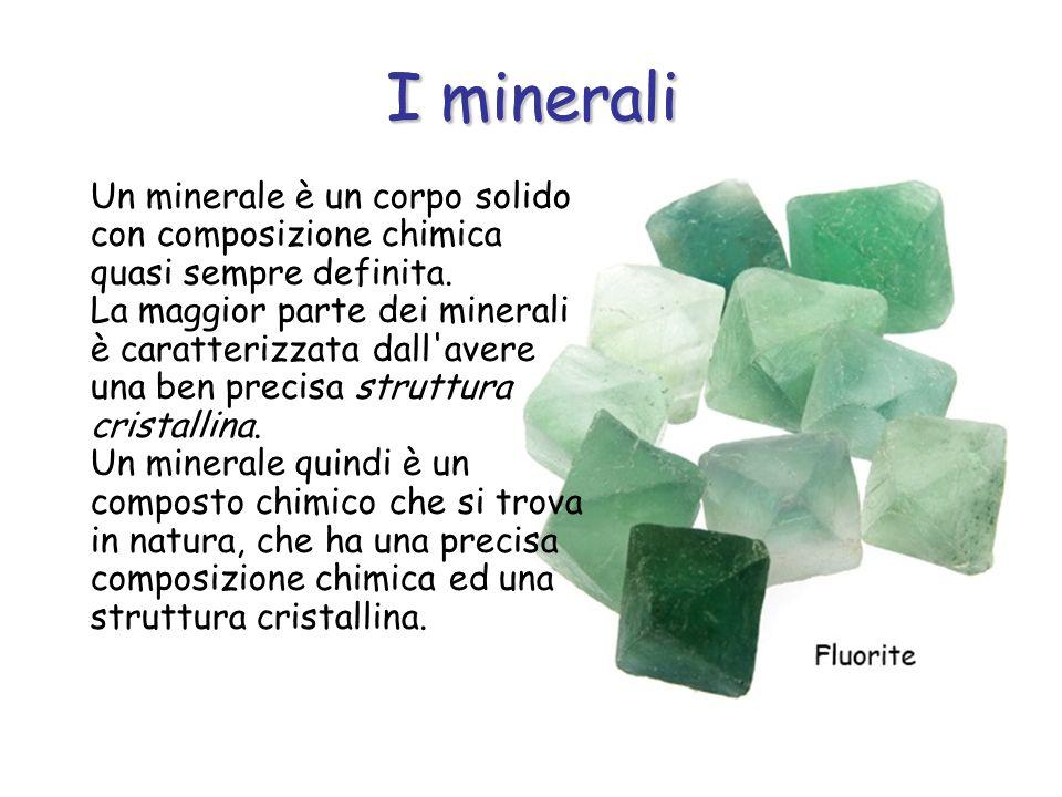 I minerali Un minerale è un corpo solido con composizione chimica quasi sempre definita. La maggior parte dei minerali è caratterizzata dall'avere una