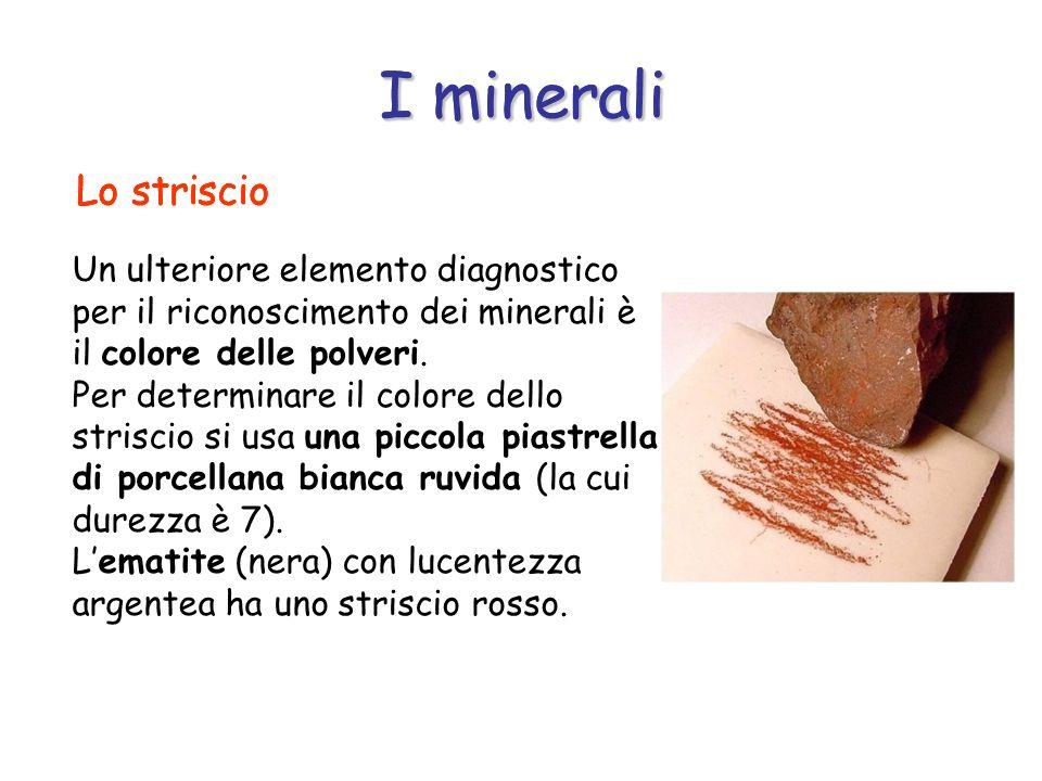 I minerali Un ulteriore elemento diagnostico per il riconoscimento dei minerali è il colore delle polveri. Per determinare il colore dello striscio si