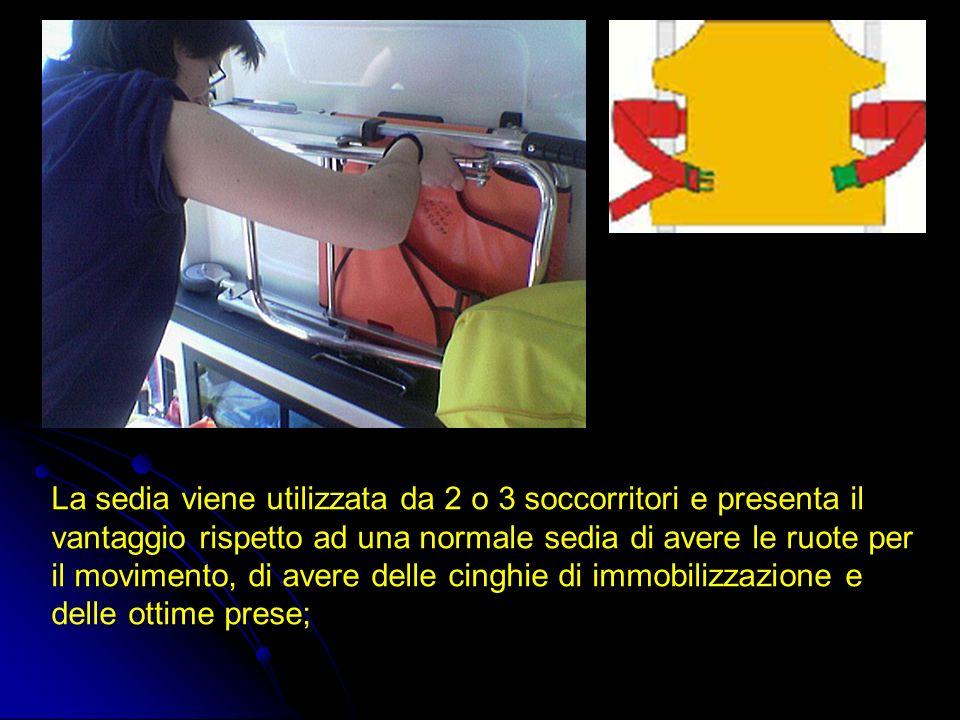 La sedia viene utilizzata da 2 o 3 soccorritori e presenta il vantaggio rispetto ad una normale sedia di avere le ruote per il movimento, di avere del