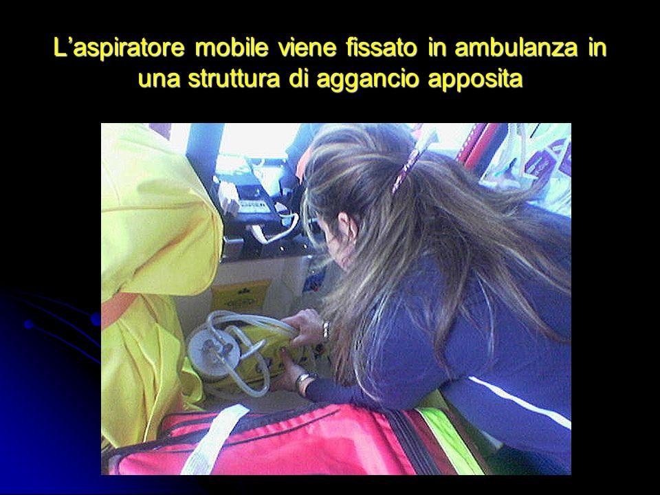 Laspiratore mobile viene fissato in ambulanza in una struttura di aggancio apposita