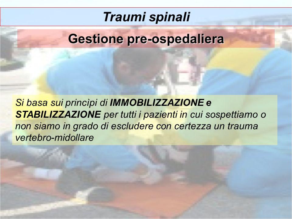 Traumi spinali Gestione pre-ospedaliera Si basa sui princìpi di IMMOBILIZZAZIONE e STABILIZZAZIONE per tutti i pazienti in cui sospettiamo o non siamo