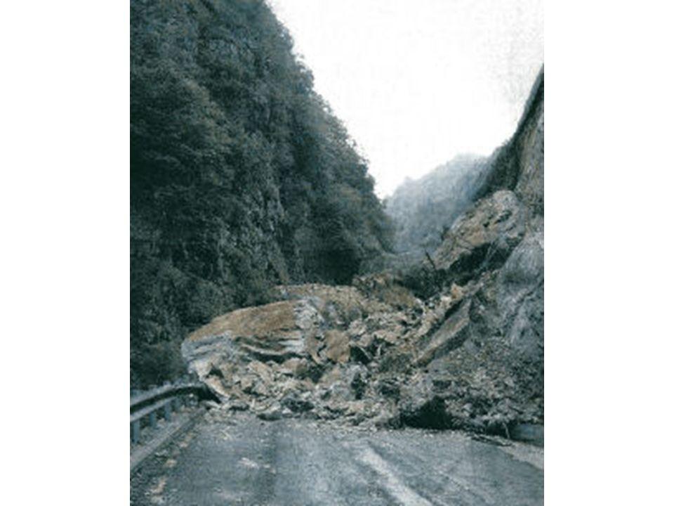 Il disastro del Vajont attività antropica e dissesto idrogeologico 9 o ttobre 1963, ore 22.39 Una massa di oltre 270 milioni di m3 di roccia scivolano alla velocità di 30 m/s (108 Km/h) nel bacino artificiale sottostante creato dalla diga del Vajont.