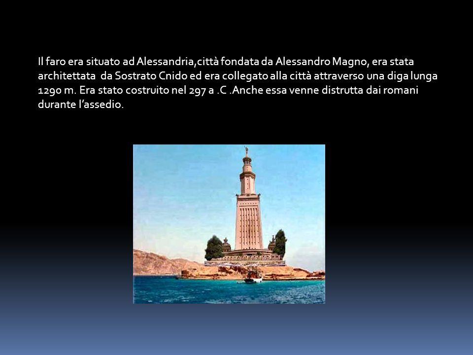 Il faro era situato ad Alessandria,città fondata da Alessandro Magno, era stata architettata da Sostrato Cnido ed era collegato alla città attraverso una diga lunga 1290 m.