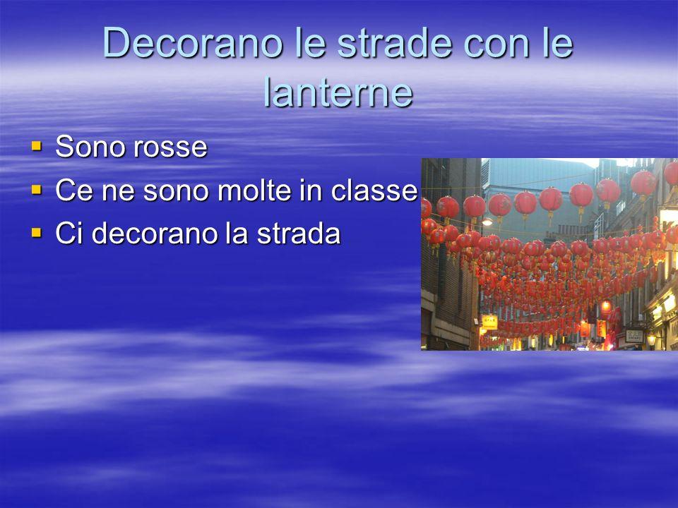Decorano le strade con le lanterne Sono rosse Sono rosse Ce ne sono molte in classe Ce ne sono molte in classe Ci decorano la strada Ci decorano la strada