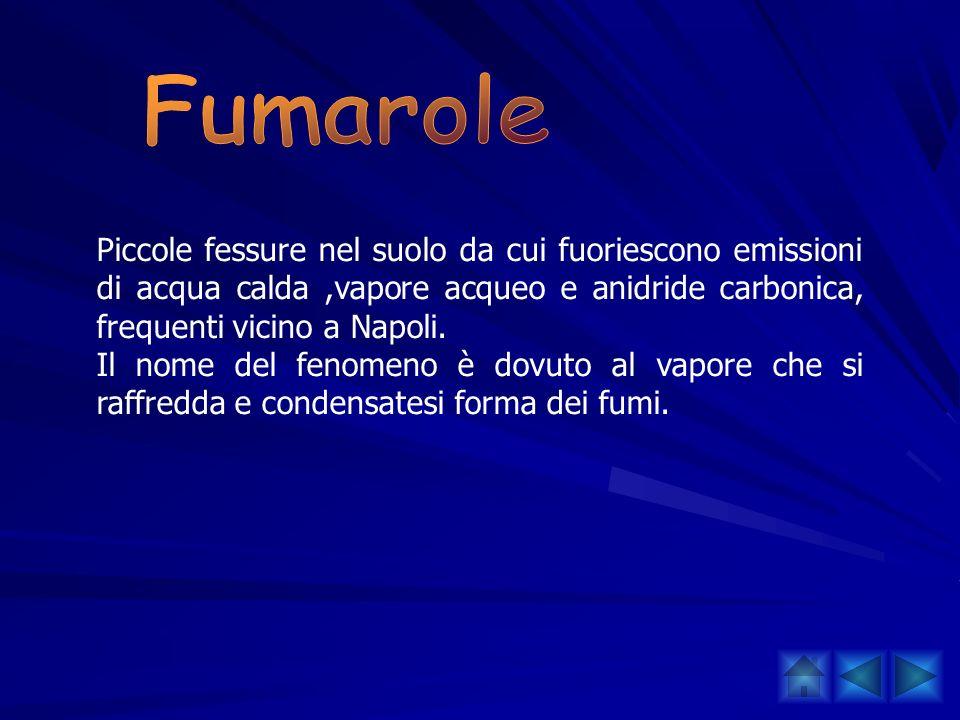 Piccole fessure nel suolo da cui fuoriescono emissioni di acqua calda,vapore acqueo e anidride carbonica, frequenti vicino a Napoli. Il nome del fenom