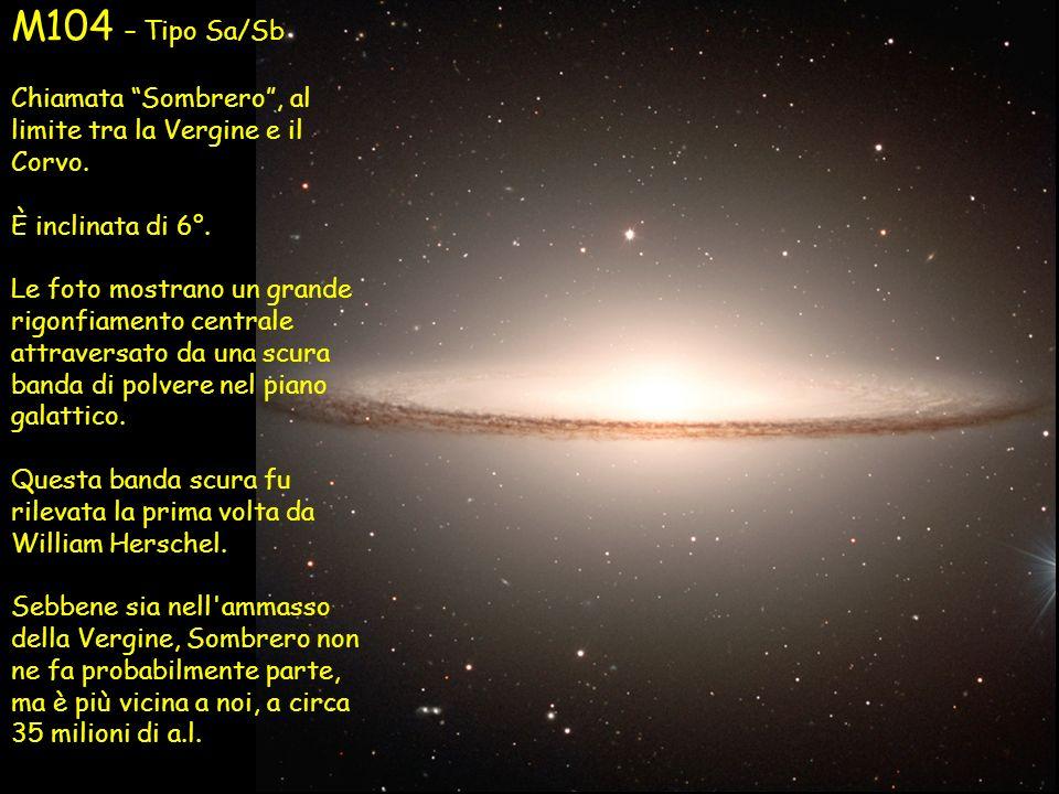 M104 – Tipo Sa/Sb Chiamata Sombrero, al limite tra la Vergine e il Corvo. È inclinata di 6°. Le foto mostrano un grande rigonfiamento centrale attrave