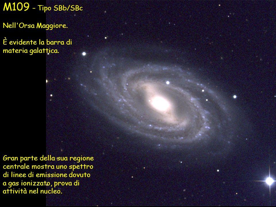 M109 – Tipo SBb/SBc Nell'Orsa Maggiore. È evidente la barra di materia galattica. Gran parte della sua regione centrale mostra uno spettro di linee di
