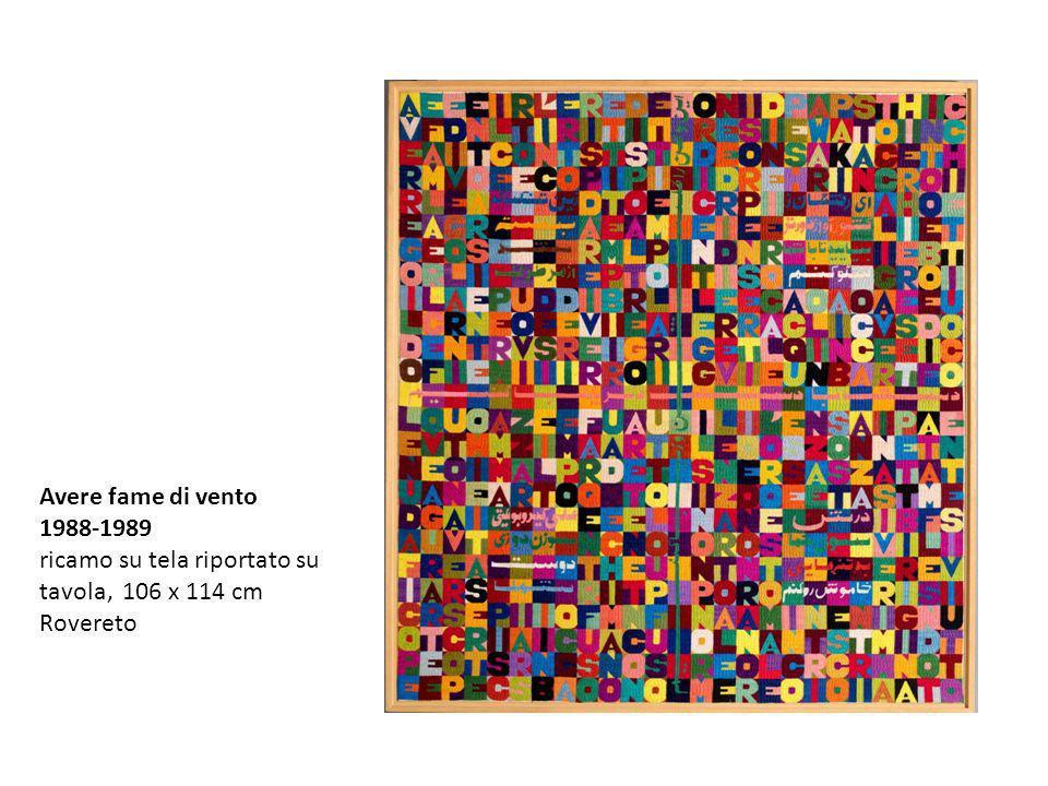 Nellarazzo, che appartiene a una numerosa serie di opere ricamate, basate sul principio della quadratura di testi e parole, la stessa dualità si ritrova nelle frasi inscritte nei quadrati, aforismi ricorrenti nellopera di Boetti, che spessissimo usa queste coppie apparentemente in antitesi linguistica, spiegando: Ho disegnato circa centocinquanta coppie di parole che potevano disporsi in quadrato.