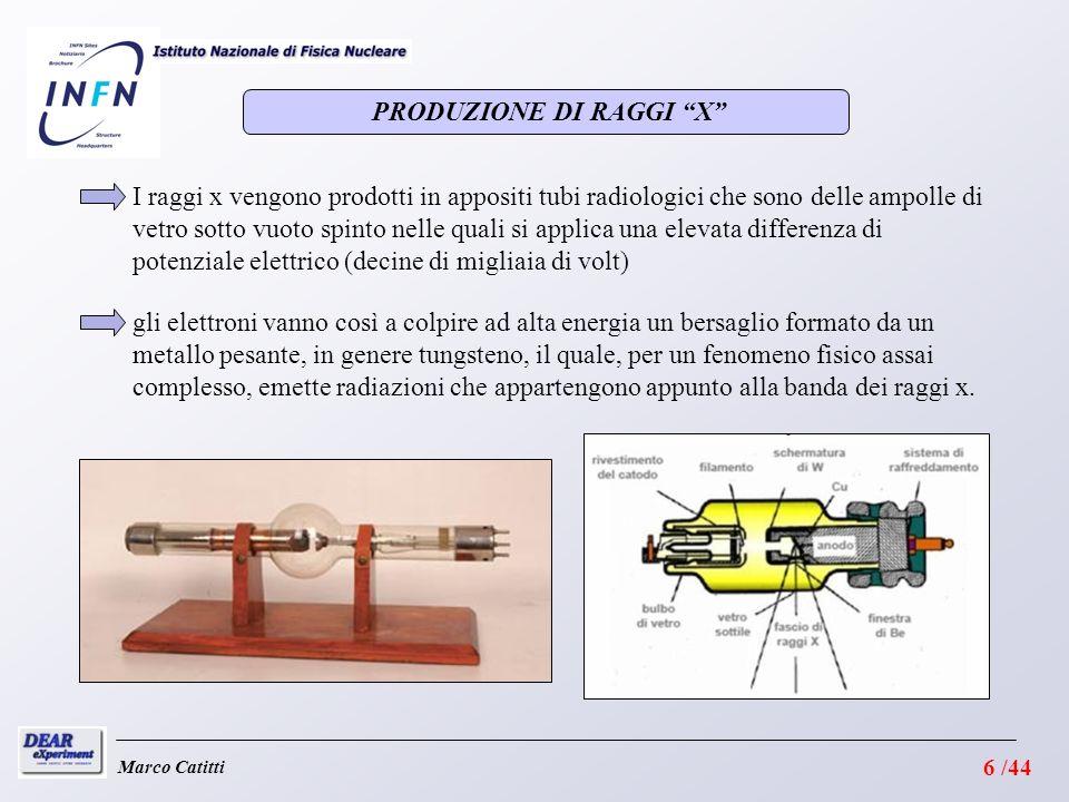 PRODUZIONE DI RAGGI X Marco Catitti I raggi x vengono prodotti in appositi tubi radiologici che sono delle ampolle di vetro sotto vuoto spinto nelle quali si applica una elevata differenza di potenziale elettrico (decine di migliaia di volt) gli elettroni vanno così a colpire ad alta energia un bersaglio formato da un metallo pesante, in genere tungsteno, il quale, per un fenomeno fisico assai complesso, emette radiazioni che appartengono appunto alla banda dei raggi x.