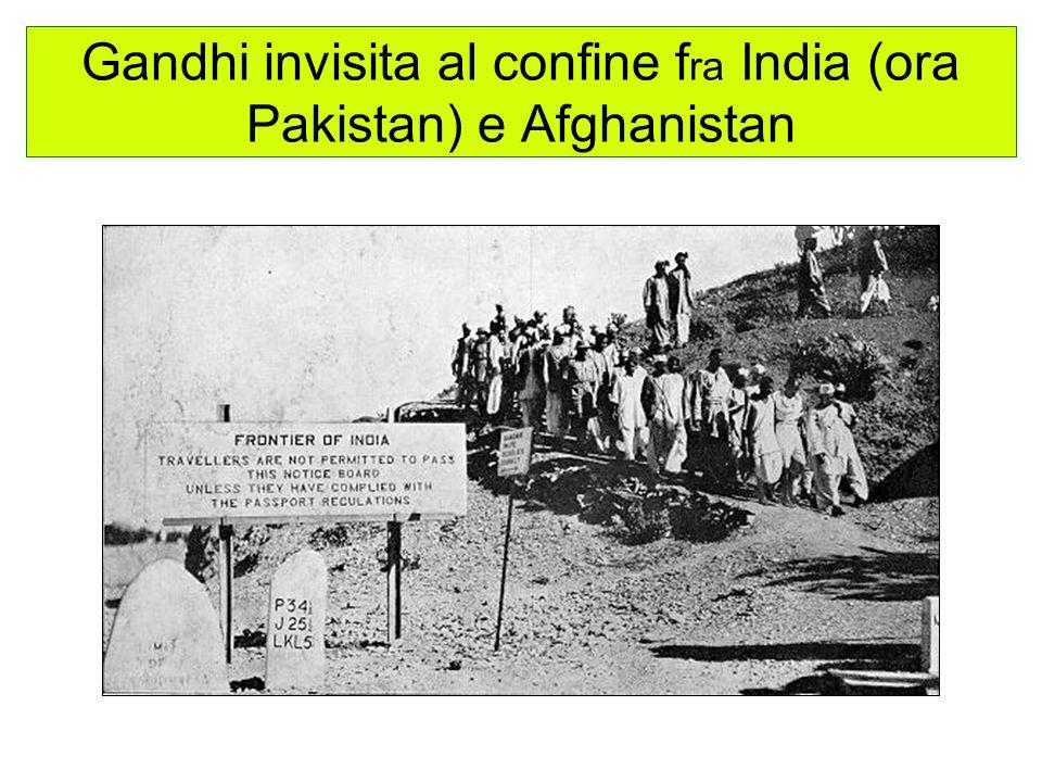 Gandhi invisita al confine f ra India (ora Pakistan) e Afghanistan