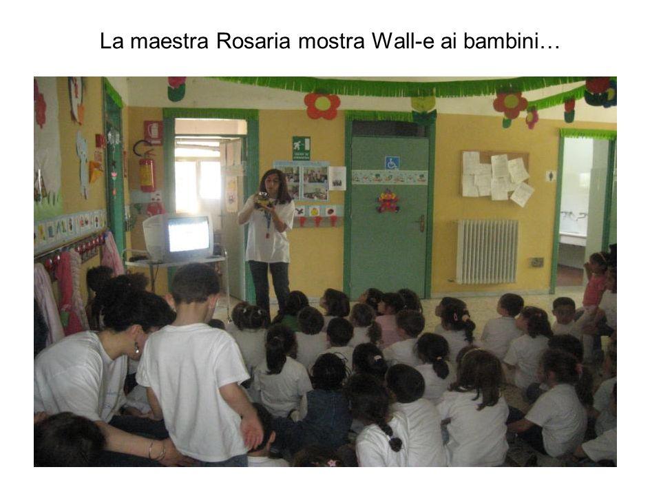 La maestra Rosaria mostra Wall-e ai bambini…