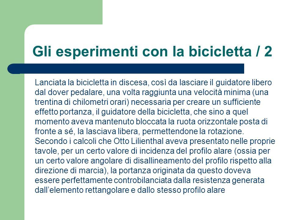 Gli esperimenti con la bicicletta / 2 Lanciata la bicicletta in discesa, così da lasciare il guidatore libero dal dover pedalare, una volta raggiunta