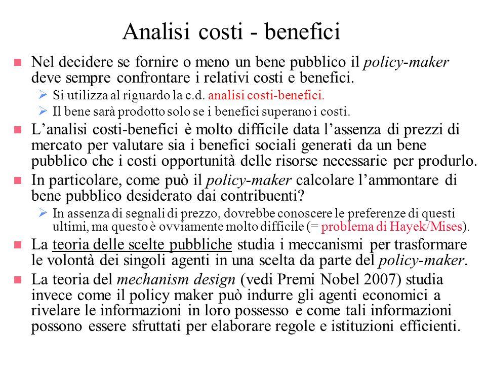 Analisi costi - benefici n Nel decidere se fornire o meno un bene pubblico il policy-maker deve sempre confrontare i relativi costi e benefici. Si uti