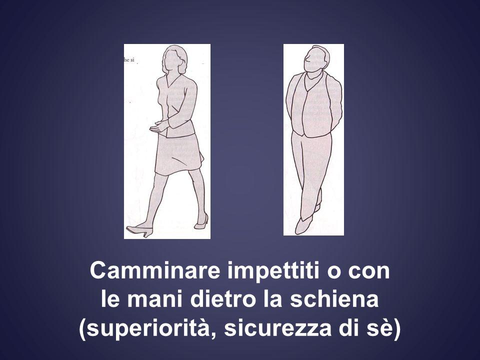 Camminare impettiti o con le mani dietro la schiena (superiorità, sicurezza di sè)