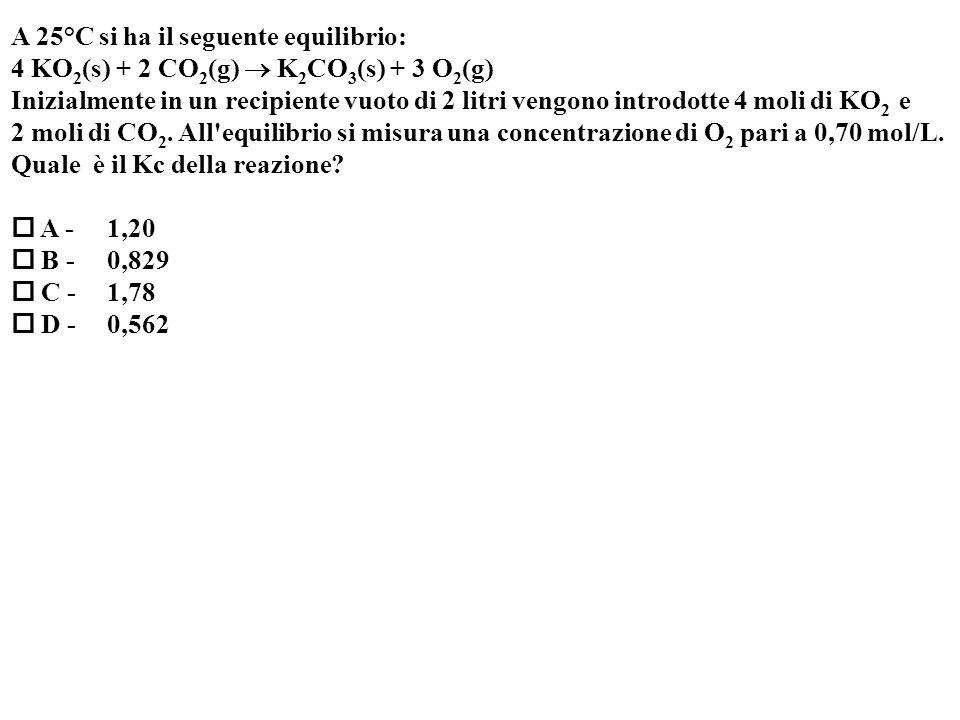 A 25°C si ha il seguente equilibrio: 4 KO 2 (s) + 2 CO 2 (g) K 2 CO 3 (s) + 3 O 2 (g) Inizialmente in un recipiente vuoto di 2 litri vengono introdotte 4 moli di KO 2 e 2 moli di CO 2.